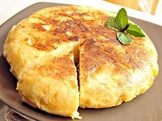 Recipe Tortilla de patatas con cebolla by learn to make this recipe easily in your kitchen machine and discover other Thermomix recipes in Verduras y hortalizas. Mediterranean Diet Breakfast, Mediterranean Dishes, Mediterranean Diet Recipes, Brunch Recipes, Breakfast Recipes, Spanish Omelette, Bulgarian Recipes, Tortilla Chips, Tortilla Patatas