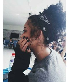 peinados para cabello rizado MAYAFIZIK Versuchen Sie Promi-Frisuren, um modischer auszusehen Wenn es um Frisuren geht, setzen Prominente aus Hollywood i Bandana Hairstyles, Black Girls Hairstyles, Pretty Hairstyles, Curly Bun Hairstyles, Style Hairstyle, Hairstyles Pictures, Bridal Hairstyles, Celebrity Hairstyles, Hair Inspo