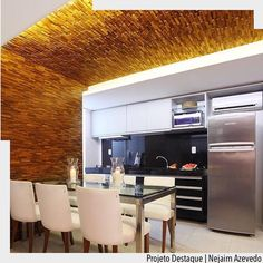 Sala de jantar integrada com cozinha com destaque para painel em madeira da parede ao teto. Por Nejaim Azevedo. Ad http://ift.tt/1U7uuvq arqdecoracao arqdecoracao @arquiteturadecoracao @acstudio.arquitetura #arquiteturadecoracao #olioliteam #canalolioli #instagrambrasil #decor #arquitetura #cozinha #adcozinha #sala #kitchen