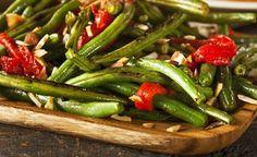 Bohnenpfanne mit Paprika und Knoblauch.  Bohnen liefern grössere Mengen an Ballaststoffen, als jedes andere Gemüse. Eine einzige Portion Bohnen macht bereits 20% des empfohlenen Tagesbedarfs an Ballaststoffen aus.