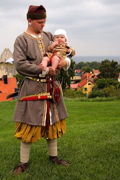 This one looks like the tunic is actually a coat that buttons shut, but leaves a riding slit. Costume Viking, Viking Garb, Viking Reenactment, Viking Men, Viking Dress, Viking Life, Viking Clothing, Renaissance Clothing, Historical Clothing