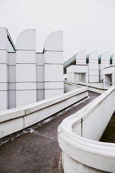 Bauhaus Archive, Berlin. Photo byMatthias Heiderich FromCereal Magazine Volume 2, een mooie industriële foto. De grauwe lucht past goed bij het witte ruwe metaal.
