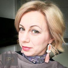 """Suzy Palhazy Soutache Jewelry on Instagram: """"Csodás Hétfőt Mindenkinek! 😇 A sujtás ékszerek titka hogy könnyed, mégis tetszetős és nagyon csajos darabok. Eredetiségükkel és finom…"""" Soutache Earrings, Drop Earrings, Everyday Look, Jewelry, Unique, Instagram, Fashion, Moda, Jewlery"""