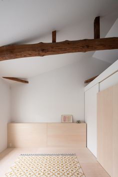 The simple language of House in Shichiku is thought to contrast with the rudeness of the old wooden structure