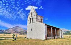 Pisón de Castrejón, provincia de Palencia - Iglesia de Nuestra Señora de la Asunción al fondo la Sierra de la Peña