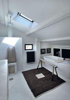 Salle de bains noire et blanche avec baignoire îlot http://www.m-habitat.fr/baignoire/formes-de-baignoires/la-baignoire-en-ilot-410_A