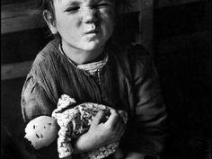 David Seymour, Un bambino di una famiglia numerosa con una bambola fatta in casa, Vienna, 1948 © David Seymour / Magnum Photos © David Seymour / Magnum Photos - See more at: http://www.tripartadvisor.it/retrospettiva-david-seymour-torino/
