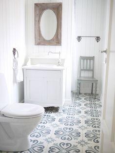 Hoy os traigo inspiración para cuartos de baño, vamos a ver cómo introducir la baldosa hidráulica en los baños, un tipo de azulejo que a la vez que nos recuerda a espacios más antiguos dando un toq…
