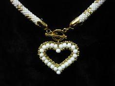 Collar en crochet blanco y oro con corazon facetada y oro. abaloriosfrancia.blogspot.com