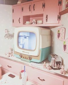 kitchen vintage retro Ideas kitchen vintage retro - Decor Inspiración que podemos sacar de un restaurante de Walt Disney World - Audrey Hepburn: An Icon, An Inspiration Immerse yourself in the and lifestyle with these ideas and inspiration 1950s Aesthetic, Aesthetic Vintage, Pink Aesthetic, Design Retro, Vintage Design, Deco Pastel, Neon Light, D House, Pink Lady