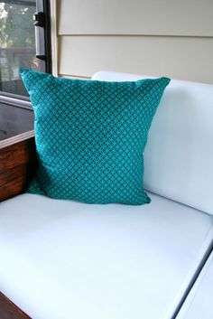 DIY: Throw pillows stuff with plastic bags ... excellent idea!