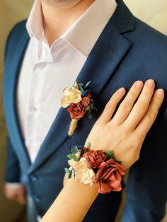 Set of rust corsage and rust boutonnière. Trend wedding color of this year. #weddingcorsageboutonniere #promcorsageboutonniere #rustcorsage #rustboutonniere #rustwedding #rustweddingflowers #fallweddingideas #barnwedding #backyardwedding Peach Boutonniere, Prom Corsage And Boutonniere, Bridesmaid Corsage, Corsage Wedding, Wedding Boutonniere, Floral Wedding, Fall Wedding, Dream Wedding, Wedding Flowers