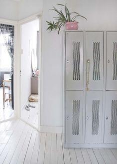 White floors, silver lockers. Photo by Jeltje fotografie