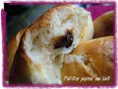 Alors là, c'est THE PANARD,je le dis comme ça parce que c'est vraiment l'extase ces petits pains...Ils sont sortis du four pile à l'heure du goûté des filles,on les a mangé tièdes, et qu'est-ce que c'était bon !J'ai trouvé la recette dans un bouquin à...