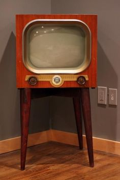 Another fantastic design for building a cabinet to disguise a modern TV as a mid-century piece. The look is a bit late-Deco-era, but the detailing could be modified to look more atomic. Tvs, Vintage Television, Television Set, Mid Century Decor, Mid Century Design, Vintage Tv, Vintage Antiques, Deco Tv, Radio E Tv