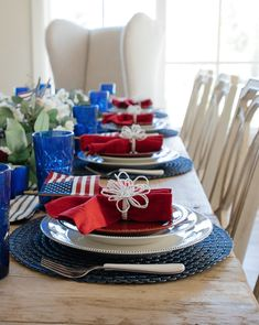 Create a red, white, and blue patriotic tablescape is perfect inspirtation for Fourth of July, Memorial Day, or Flag Day festivities. July 4th Holiday, Fourth Of July Decor, Patriotic Table Decorations, Centerpiece Decorations, Thanksgiving Table Settings, Christmas Tablescapes, Food Themes, Blue Christmas, Independence Day