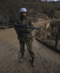 Canadian soldier with the UN peacekeeping force in Bosnia. Canadian Soldiers, Canadian Army, British Army, Army Uniform, Military Uniforms, Srebrenica Massacre, Pictures Of Soldiers, Uniform Insignia, Royal Canadian Navy