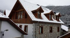 Metsola Apartamentos Rurales Isaba Metsola Apartmentos Rurales are in the beautiful Roncal Valley, high in the Spanish Pyrenees. These modern apartments offer flat-screen TVs, DVD players and free Wi-Fi.  The Metsola Rural Apartments are built using natural stone and wood.