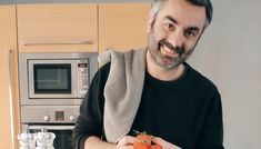 Ο executive chef του ολοκαίνουργιου και εντυπωσιακού ξενοδοχείου Athens Capital Hotel-M Gallery που θα ανοίξει προσεχώς τις πόρτες του για το κοινό στο Σύνταγμα, παραμένει αισιόδοξος στο σπίτι και μαγειρεύει για τους αναγνώστες του FNL αρνίσια σπάλα στο φούρνο με πατάτες γιαχνί, μελιτζάνα και γιαούρτι.