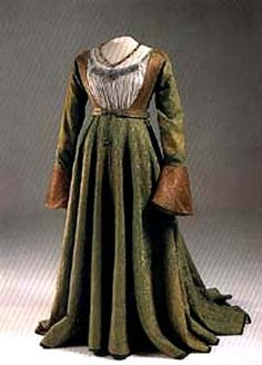 Dress of queen Mary of Habsburg gown from green damask of Hungarian queen (1520) is in Hungarian national museum