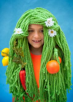 """* DIY Halloween wigs - this one is a """"garden"""" - she uses pantyhose for the base, and fabric tape to secure the yarn, and says it's remarkably sturdy Halloween Yarn, Halloween Costume Props, Easy Diy Costumes, Last Minute Halloween Costumes, Creative Costumes, Halloween Ideas, Halloween Projects, Costume Ideas, Yarn Wig"""