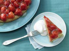 Erdbeertorte mit Limettenguss - und Buttermilchsahne - smarter - Kalorien: 143 Kcal - Zeit: 35 Min. | eatsmarter.de