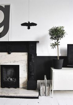 black fireplace, white surround Post by Oliie Haus Foyers, Decor Interior Design, Interior Styling, Interior Architecture, Interior And Exterior, Black And White Interior, Black White, Black Fireplace, White Houses