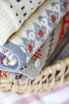 Livs Lyst: KOFTEJAKTEN FORTSETTER Knitted Blankets, Baby Knitting, Knit Crochet, Red, Baby Knits, Cottage, Patterns, Space, Colors