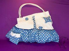 Der Winter kann kommen! Weiche Nicki-Hose trifft superstabilen blaue-gepunkteten BW-Stoff! Verziert ist die Tasche mit Dekobändern und Zackenlitze in blau/weiß. Der Stern ist mit Füllwatte gefüllt und verführt zum ständigen draufdrücken ;). Eine kleine Außentasche mit weißen Fransen verziert gibt es auf der Rückseite und der Vorderseite!