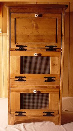 Bread box vegetable bin - want this so much! I'd got great with the cabinet and if I can get an old wooden ice chest/box. Diy Wood Projects, Home Projects, Wood Crafts, Woodworking Projects, Wooden Ice Chest, Potato And Onion Bin, Potato Storage, Vegetable Boxes, Pie Safe