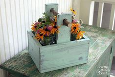 Rustic Wooden Caddy with a Branch Handle #WoodworkingFurniturePopularMechanics Scrap Wood Projects, Diy Projects, Project Ideas, Craft Ideas, Fine Woodworking, Woodworking Projects, Rockler Woodworking, Woodworking Classes, Woodworking Furniture