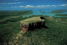 Mont Trafalgar dans la réserve Prince Regent, West Kimberley, Australie (15°16' S - 125°04' E). Entre la mer de Timor et le désert de Gibson, le plateau sauvage du Kimberley est l'une des zones les moins peuplées du globe. C'est par excellence l'outback, cet arrière-pays inaccessible de l'Australie-Occidentale qui, malgré son immense superficie – près d'un tiers de celle du pays, soit cinq fois la France –, héberge seulement 1,8 million d'habitants. Le bassin de la rivière de Prince Regent…