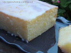 cake citron 200g de sucre 120g de beurre fondu le zeste d'un citron jaune 165g d'oeuf 150g de farine 80g de jus de citron 1/2 cuil. à café de levure chimique Pour le glaçage 25g de jus de citron 130g de sucre glace delices d helene 13/12/2013
