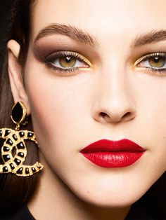 Vittoria Ceretti looks ready for her closeup in Chanel Makeup's Holiday 2019 campaign. The Italian model dazzles wearing the Les Ornements de Chanel… Chanel Make-up, Chanel Store, Chanel Beauty, Chanel Outfit, Chanel Paris, Satin Lipstick, Red Lipsticks, Chanel Makeup Looks, Bath & Body Works