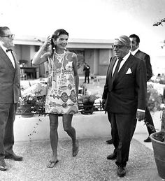 """Jacqueline Lee Bouvier """"Jackie"""" Kennedy Onassis (July 1929 – May 1994 ) was the wife of the President of the United State. Jacqueline Kennedy Onassis, Jackie Kennedy Style, Les Kennedy, Jaqueline Kennedy, John Kennedy, Lee Radziwill, Aristotle Onassis, Before Us, Mode Inspiration"""