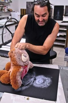 Imprima a imagem de um ursinho danificado antes de jogá-lo fora. | 26 maneiras de preservar as memórias de seus filhos para sempre