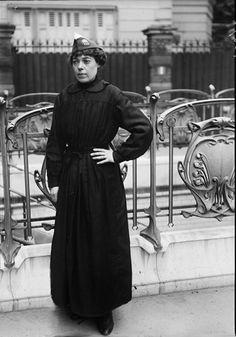 """Guerre 1914-1918. """"Les nouveaux métiers des femmes depuis la guerre"""" : Chef de gare de la Compagnie du Métropolitain. Paris, juin 1917."""