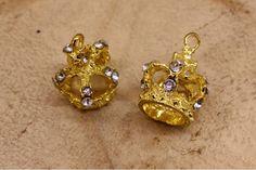 Κρεμαστή Κορώνα Στρας 10τεμ 27463  Κρεμαστή μεταλλική κορώνα, διακοσμημένη με στρας, σε χρώμα χρυσό.Η συσκευασία περιέχει 10 τεμάχια. Diamond Earrings, Jewelry, Fashion, Moda, Jewlery, Bijoux, Fashion Styles, Schmuck, Fasion