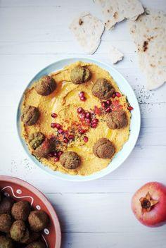 falafele jaglane z rukola  hummus marchewkowy i podpłomyki