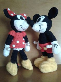 Version Mickey & Minnie - Free pattern but not in English. Going to find an online translator to help. ^_^