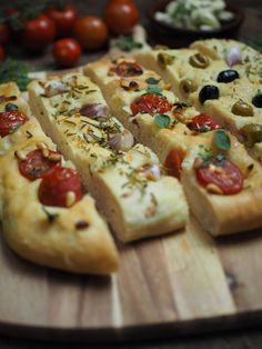 Recipe for simple focaccia bread: 3 delicious variations [Knoblauch & Rosmarin / Tomaten & Pinienkerne / Oliven] - Focaccia bread with garlic and rosemary, tomatoes and pine nuts and olives Focaccia bread with garl - Vegetarian Appetizers, Healthy Pasta Recipes, Bread Recipes, Vegetarian Recipes, Vegetarian Lifestyle, Foccacia Recipe, Focaccia Bread Recipe, Ciabatta, Pampered Chef