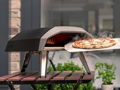 Ooni Koda outdoor gas pizza oven makes backyard cooking super fast and super fun. Find out just how quickly this sleek oven cooks up crisp pizzas Pizza Oven Outside, Outdoor Gas Pizza Oven, Portable Pizza Oven, Outdoor Cooking, Outdoor Entertaining, Four A Pizza, Pizza And More, Home Decor, Ovens