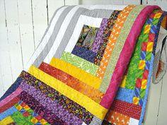 LÉCLATÉE - Courtepointe de modèle cabane de rondins moderne :  - dessus fantaisiste et multicolore 100% coton  - intérieur fait de ouatine 100% coton