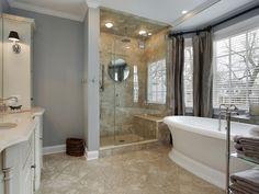 Большая ванная комната с дешевой кабиной и отдельно стоящей ванной. #большая_ванная_комната #душевая_кабина #отдельно_стоящая_ванная