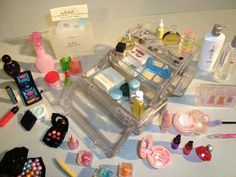 Re-ment Clear Make Up Box - I would die for this! Barbie Dolls Diy, Diy Barbie Clothes, Barbie Dream, Barbie House, Miniature Crafts, Miniature Dolls, Accessoires Lps, Diy Doll Miniatures, Barbie Doll Accessories