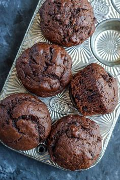 These Bakery-Style Double Chocolate Banana Muffins are fabulously fluffy and flavorful! These tasty chocolate muffins are vegetarian and so easy to make! Muffin Tin Recipes, Healthy Muffin Recipes, Healthy Muffins, Healthy Baking, Baking Recipes, Dessert Recipes, Gluten Free Desserts, Delicious Desserts, Muffins Double Chocolat
