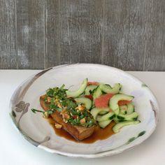 bushcooks kitchen: Marinierter Tofu mit Erdnuss-Kräuter-Dressing Tacos, Dressing, Mexican, Ethnic Recipes, Food, Cucumber Salad, Marinated Tofu, Fall Vegetables, Essen