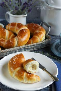 Az egyik kedvenc süteményes könyvemben akadtam egy Hajtott vajas zsömle receptre. Naná, hogy átvariáltam. ;) ... Bread Recipes, Cooking Recipes, Canapes, Bread Rolls, Trifle, Bread Baking, Bagel, Doughnut, Brunch