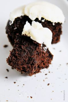 Chocolate Cupcakes are a classic treat. Get this recipe for easy chocolate cupcakes with a vanilla buttercream frosting. THE BEST! Best Chocolate Cupcakes, Amazing Chocolate Cake Recipe, Yummy Cupcakes, Chocolate Recipes, Chocolate Cobbler, Homemade Chocolate, Chocolate Chips, Frosting Recipes, Cupcake Recipes