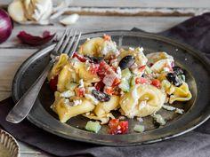 Italienisch-griechischer Tortellini-Salat mit Feta